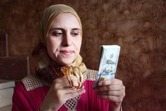 有金钱和金子的阿拉伯回教妇女 库存照片