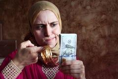 有金钱和金子的阿拉伯回教妇女 库存图片