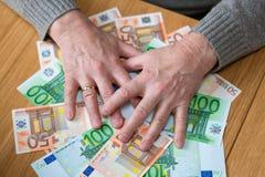 有金钱欧元的一个富人 库存图片