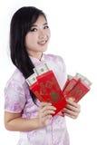 有金钱的中国妇女在信封 免版税图库摄影