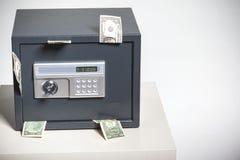 有金钱的保险柜 库存照片