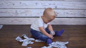 有金钱的婴孩在地板上 股票录像
