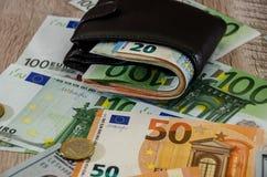 有金钱的欧元钱包在木背景关闭 免版税图库摄影