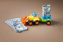 有金钱的玩具拖拉机 库存图片