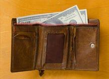有金钱的老皮革钱包 库存照片