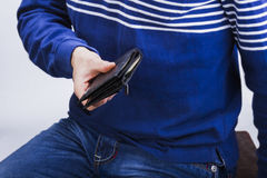 有金钱的钱包在一个人的手上 免版税库存照片