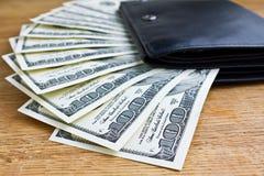 有金钱的黑皮革钱包 免版税库存照片