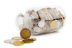 有金钱硬币的一家把进行下去银行 免版税库存图片