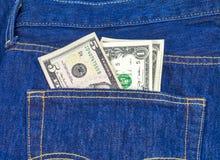 有金钱蓝色牛仔裤的后面口袋 免版税库存图片