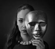 有金面具的美丽的妇女 库存图片