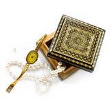 有金首饰的被雕刻的木箱 免版税库存照片