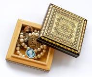 有金首饰的被雕刻的木箱 免版税库存图片