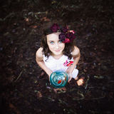 有金鱼的年轻美丽的女孩 免版税图库摄影