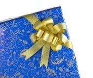 有金黄丝带的蓝色礼物盒 免版税库存图片