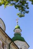 有金黄十字架的白色古老基督教会在反对清楚的蓝天的上面 宗教和信念概念 教会外部 库存图片