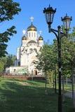 有金黄圆顶在阳光下莫斯科地区的俄罗斯白色石东正教 免版税图库摄影