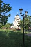 有金黄圆顶在阳光下莫斯科地区的俄罗斯白色石东正教 免版税库存照片