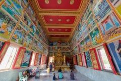 有金黄菩萨雕象的祷告大厅在Wat Muang寺庙 图库摄影