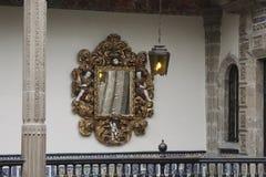 有金黄被雕刻的框架的,Casa de los Azulejos,CDMX镜子 横向格式 免版税库存照片
