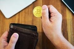 有金黄金属Bitcoin隐藏货币投资symbo的手 免版税库存图片