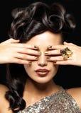 有金黄钉子的美丽的妇女 免版税图库摄影