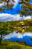 有金黄pavillion的美丽的Kinkakuji寺庙在京都日本 免版税库存图片