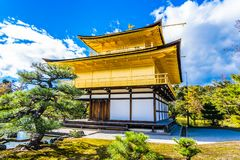 有金黄pavillion的美丽的Kinkakuji寺庙在京都日本 库存照片