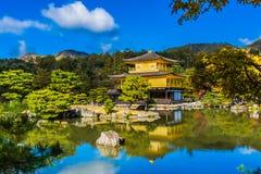 有金黄pavillion的美丽的Kinkakuji寺庙在京都日本 图库摄影