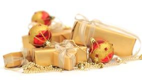 有金黄丝带和chrismas球的金黄礼物盒 免版税库存图片