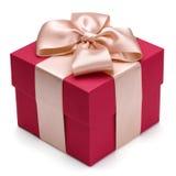 有金黄丝带的红色礼物盒。 免版税库存照片
