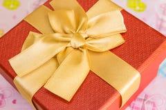 有金黄丝带的红色礼物盒 库存图片