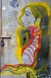 有金黄头发门街道画艺术的美丽的妇女 免版税库存照片