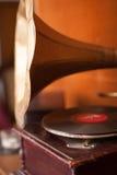 有金黄垫铁和木身体的老留声机 库存照片