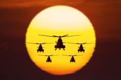 有金黄太阳的军用直升机 免版税库存照片