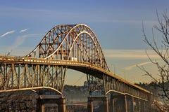 有金黄早晨阳光的Pattullo桥梁 免版税库存图片