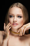 有金黄构成的美丽的金发碧眼的女人 秀丽时尚 接近面朝上 免版税图库摄影