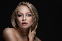 有金黄构成的美丽的金发碧眼的女人 秀丽时尚 接近面朝上 免版税库存图片