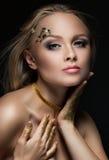 有金黄构成的美丽的金发碧眼的女人 秀丽时尚 接近面朝上 库存照片