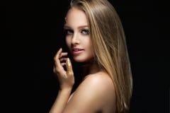 有金黄构成的美丽的金发碧眼的女人 秀丽时尚 接近面朝上 图库摄影