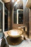 有金黄水槽的昂贵的卫生间 免版税库存照片
