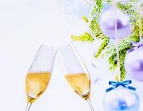 有金黄泡影的香槟槽在圣诞树装饰背景 免版税库存照片