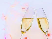 有金黄泡影的香槟槽在婚宴喜饼背景 免版税库存图片