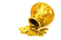 有金黄硬币的水罐 库存图片