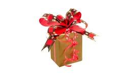 有金黄红色丝带的金黄礼物盒在与裁减路线的白色背景 免版税库存图片
