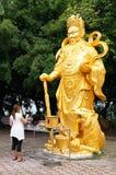 有金黄菩萨的站立的菩萨寺庙 免版税库存图片