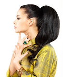 有金黄钉子和宝石绿宝石的妇女 库存照片