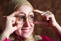 有金黄镯子的愉快的阿拉伯回教妇女 免版税库存照片
