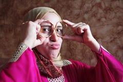有金黄镯子的愉快的阿拉伯回教妇女 库存照片