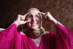 有金黄镯子的愉快的阿拉伯回教妇女 免版税图库摄影