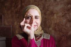 有金黄镯子的阿拉伯回教妇女 库存照片